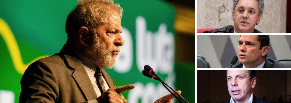 A defesa do ex-presidente Luiz Inácio Lula da Silva protocolou, nesta quarta-feira, um pedido de suspeição do desembargador João Pedro Gebran Neto, que tem julgado, em segunda instância, os recursos apresentados contra decisões do juiz Sergio Moro, condutor da Lava Jato; os advogados alegam que Gebran Neto se negou a esclarecer se mantém ou não relações de amizade íntima, ou até mesmo de apadrinhamento, com Moro; a defesa também pediu a redistribuição do pedido de suspeição do Moro, em que se alega que ele teria participado de um evento com João Doria Júnior, que concorreu à prefeitura de São Paulo pelo PSDB, venceu a disputa e depois passou a dizer que visitaria Lula em Curitiba