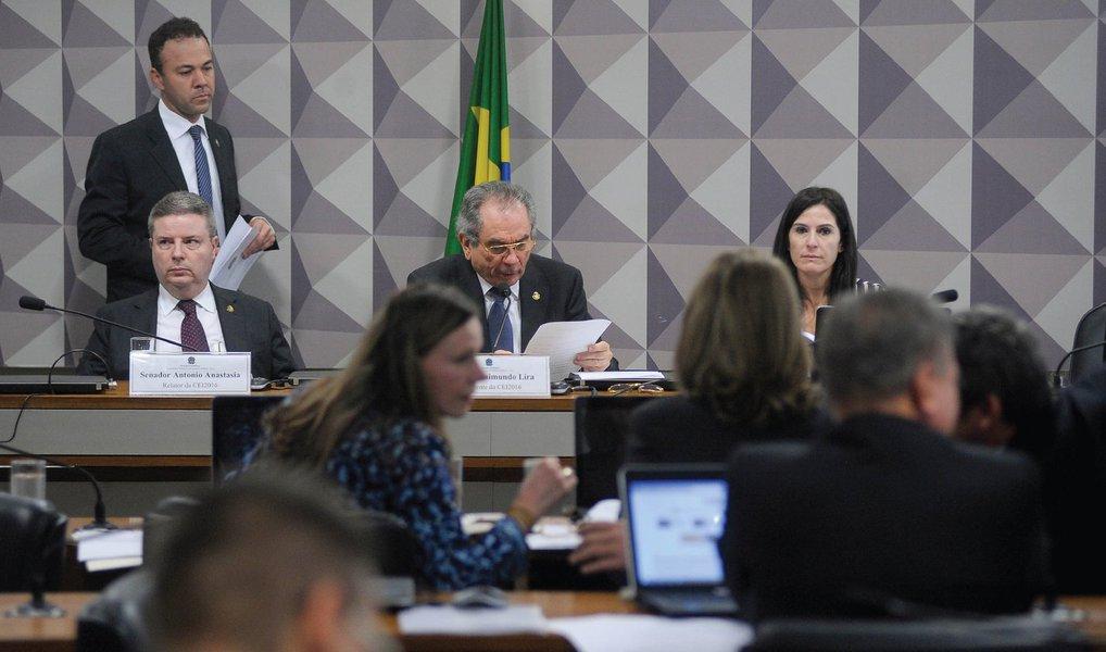 O presidente da Comissão Processante do Impeachment, senador Raimundo Lira (PMDB-PB), anunciou nesta quinta (16) a substituição do consultor legislativo Diego Prandino Alves pelo também consultor João Henrique Pederiva na coordenação da perícia dos documentos e relatórios do Tribunal de Contas da União (TCU) que embasam o processo contra a presidente Dilma Rousseff; Alves perdeu o cargo de coordenador depois que senadores que apoiam Dilma questionaram a isenção dele com base em postagens no Facebook nas quais o consultor legislativo fez críticas ao governo petista