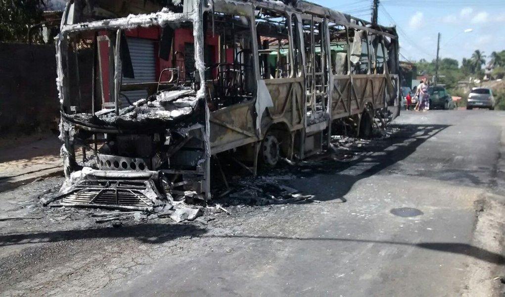 Uma comissão formada por delegados vai investigar os quatro ataques a ônibus registrados nos últimos dias em Maceió; os alvos dos criminosos foram os veículos da empresa Real Alagoas, que teve dois ônibus incendiados dentro da própria garagem da empresa