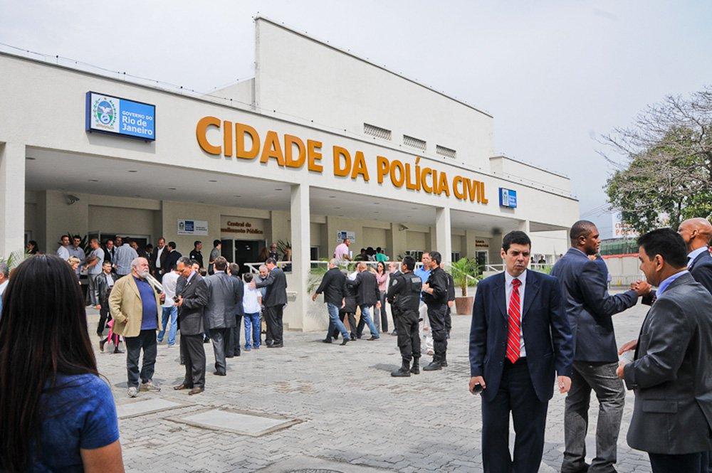 """A Polícia Civil informou que guardas municipais conduziram 92 pessoas à Delegacia de Roubos e Furtos (DRF), na Cidade da Polícia, unidade hoje responsável pela apreciação de ocorrências envolvendo multidões; de acordo com a unidade, foram levados 78 adolescentes, quatro crianças e 10 maiores de idade; segundo guardas municipais e PMs, as pessoas teriam feito """"furtos em sequência"""" na Avenida Nossa Senhora de Copacabana, uma das vias mais importante do bairro"""