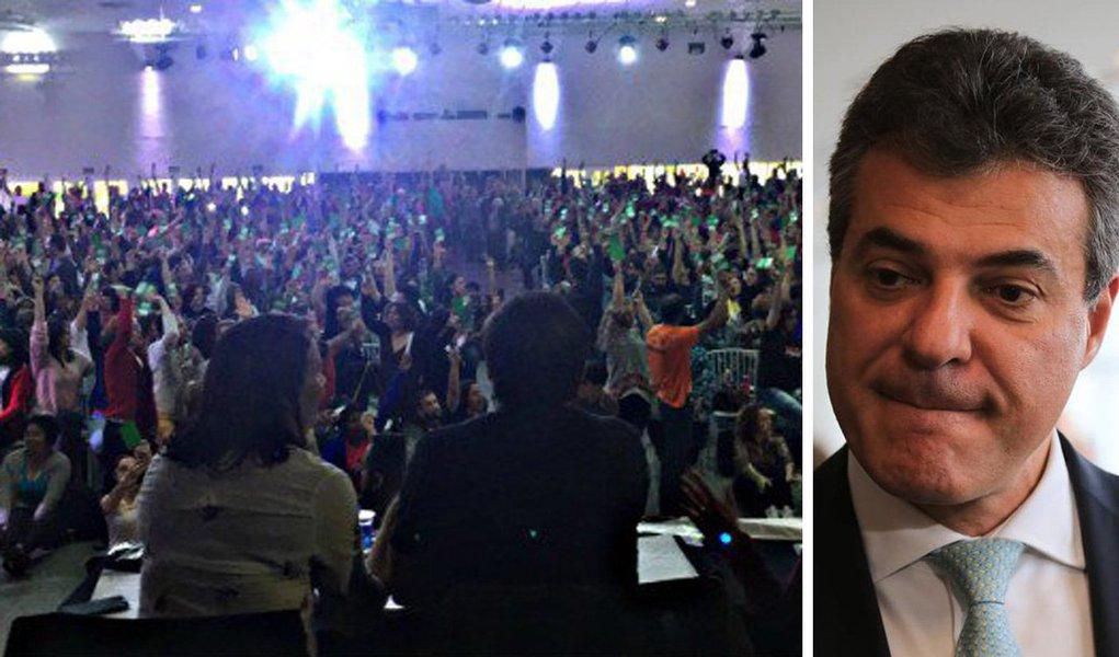 Cerca de 3 mil educadores participaram da assembleia geral da APP-Sindicato nesta quarta (12) em Curitiba e deflagraram greve total da categoria nas 2,1 mil escolas da rede pública estadual; a partir de segunda-feira, 100 mil trabalhadores da educação básica retomarão o movimento paredista; governador Beto Richa (PSDB) descumpriu o acordo que pôs fim à greve de 44 dias em 2015 não só com os educadores, mas também todos os servidores estaduais