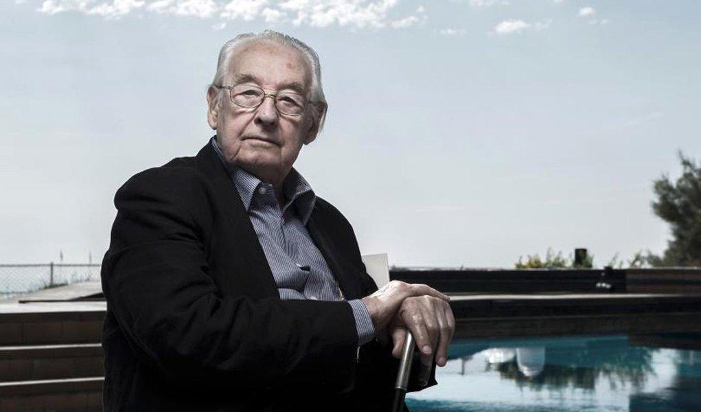 """Diretor de cinema Andrzej Wajda, conhecido principalmente por retratar a luta por democracia na Polônia durante meio século de governo comunista, morreu aos 90 anos de idade;Wajda conquistou aclamação internacional por """"Homem de Ferro"""" (1981), que conta a história do movimento anticomunista Solidariedade, e por seu antecessor subversivo, """"Homem de Mármore"""" (1977); em 2000, ele recebeu um Oscar honorário em reconhecimento às suas cinco décadas de trabalho, tornando-se o primeiro diretor do leste europeu a ser homenageado com essa honrari"""