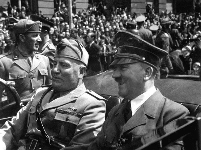 Mussolini e Adolf Hitler desfilam pelas ruas de Munique (1940). A aliança entre os dois ditadores determinou os rumos da Segunda Grande Guerra