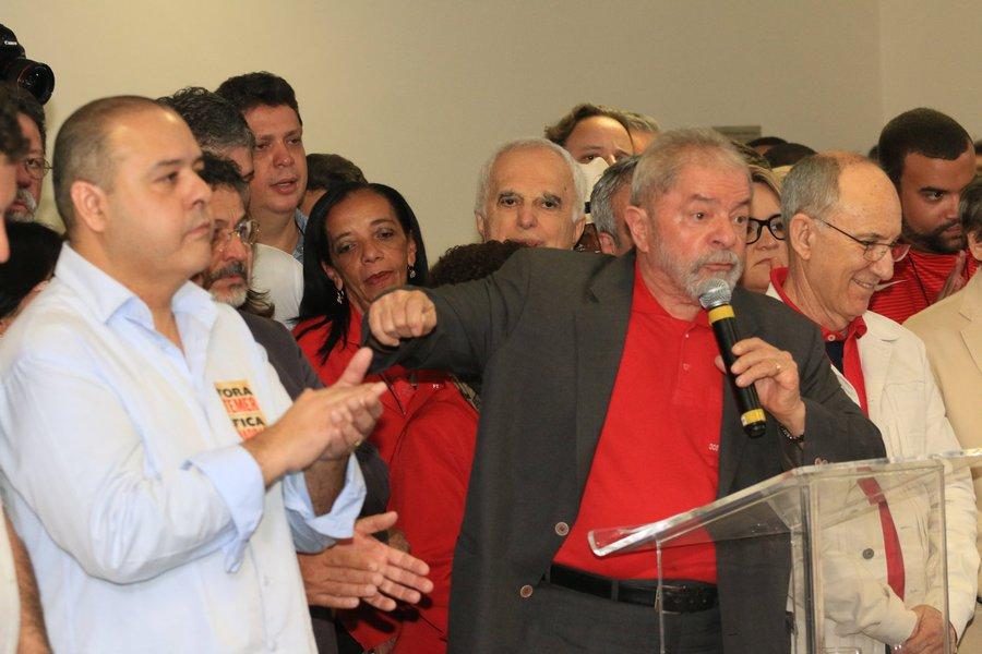 """""""Já cassaram o Cunha, derrubaram a Dilma, elegeram Temer. Está na hora do desfecho da novela. Acabar com a vida política do Lula. Não existe outra explicação para o espetáculo de pirotecnia que fizeram ontem"""", ironizou o ex-presidente Lula em discurso no início da tarde desta quinta-feira para se defender da denúncia do Ministério Público Federal; Lula acusou os membros do MPF de inventarem uma """"mentira"""" e a imprensa de """"cumplicidade"""""""