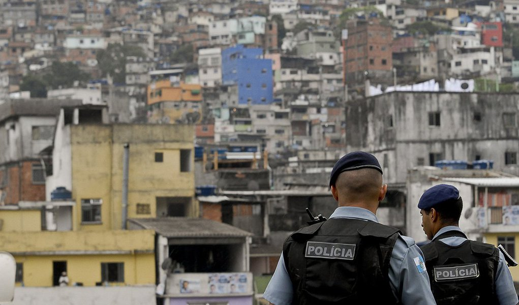 Outros 270 foram baleados no estado; os dados são de uma CPI da Alerj que investiga o assunto; a Região Metropolitana do Rio teve um fim de semana violento e registrou pelo menos nove mortos durante o último sábado (8) e domingo (9); as vítimas vão desde uma idosa naPraça Secax até um padre morto a facadas na Via Light, em Nova Iguaçu, na região metropolitana