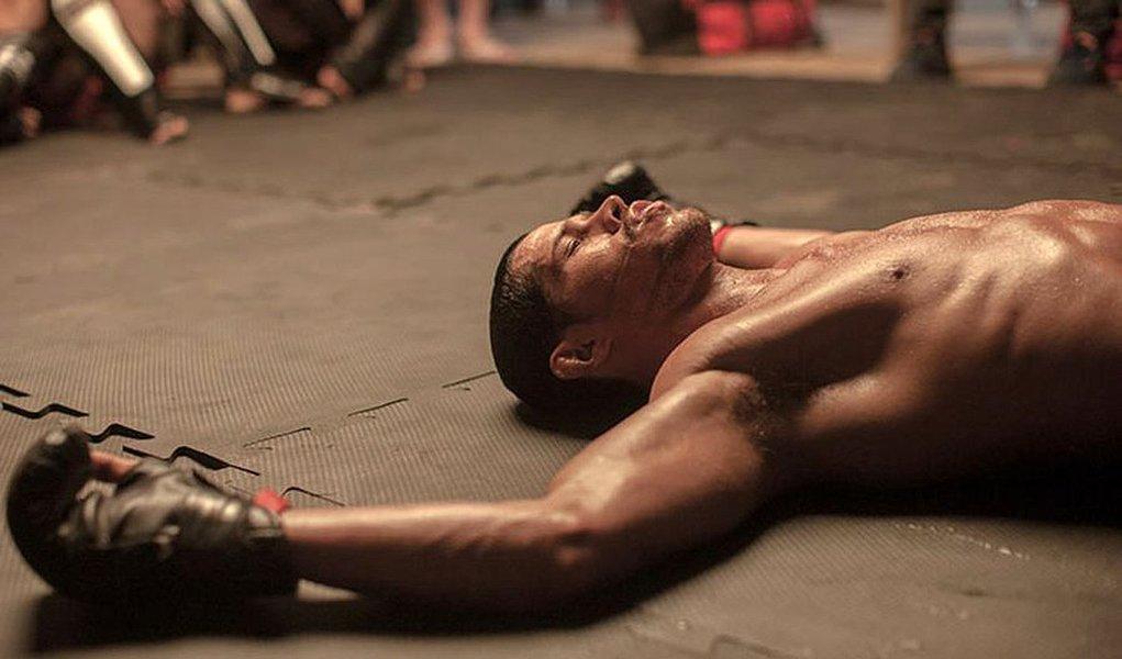 """""""Mais Forte que o Mundo – A História de José Aldo"""" é um filme sobre a vida do lutador de MMA e UFC, e segue a cartilha mais convencional do gênero eessa é sua maior qualidade: não fazer invencionices; com roteiro escrito pelo diretor Poyart e Marcelo Rubens Paiva, o longa acompanha a trajetória de José Aldo (José Loreto) desde sua juventude em Manaus até a vitória em Toronto, em 2011, derrotando o canadense Mark Hominick, quando defendeu o cinturão da categoria Peso Pena do UFC, que havia conquistado em 2010;filme tem pré-estreia em quase 400 salas no Brasil"""