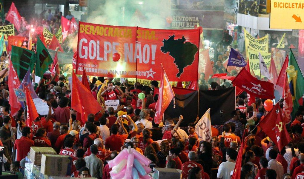 """Frente Brasil Popular irá promover uma caravana que percorrerá 12 municípios pernambucanos em 11 dias com o objetivo de denunciar o golpe contra o mandato da presidente eleita Dilma Rousseff e contra o processo de impeachment; no primeiro evento, programado para o dia 27 de junho, em Petrolina, no Sertão do Estado, e no retorno ao Recife, no dia 8 de julho, estão sendo organizadas manifestações que poderão contar com a presença do ex-presidente Luiz Inácio Lula da Silva; """"Escolhemos cidades-polo, com focos de mobilização e onde queremos também denunciar os políticos traidores"""", disse o presidente da Central Única dos Trabalhadores (CUT), Carlos Veras"""