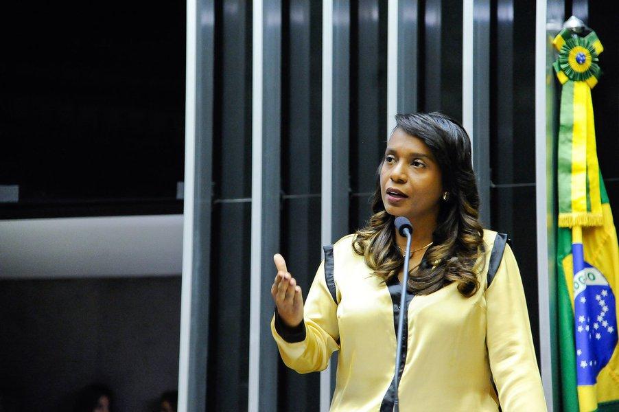 """O PRB estava decidido a manter sua fidelidade a ACM Neto nas eleições deste ano, mas parece que a 'fama' da deputada federal Tia Eron pode fazer o partido lançá-la na disputa, que até então não tinha nenhum candidato da base do prefeito; presidente do partido em Salvador, o deputado estadual Sidelvan Nóbrega foi à Brasília conversar com a deputada, e disse que """"ela ficou animadíssima"""" com a ideia; Tia Eron ficou 'famosa' em nível nacional de uma forma bem negativa, por causa de seu apoio ao agora ex-presidente da Câmara dos Deputados Eduardo Cunha, a quem chamou de seu 'líder'; ela acabou votando pela cassação do peemedebista, mas não conseguiu desfazer o repúdio nas redes sociais"""