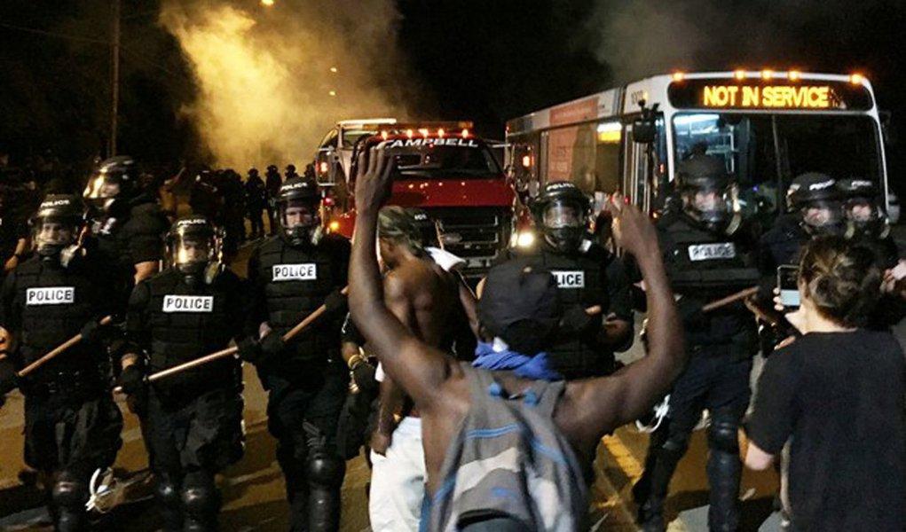 Manifestantes bloquearam uma rodovia e entraram em confronto com a polícia dos Estados Unidos em Charlotte, na Carolina do Norte, após policiais matarem a tiros um homem negro, que, segundo eles, portava uma arma; cerca de uma dúzia de policiais e diversos manifestantes sofreram ferimentos leves durante as manifestações próximas ao local onde Keith Lamont Scott, de 43 anos, foi morto