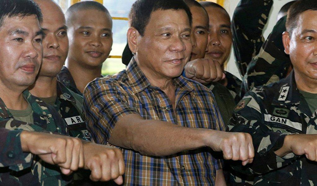 """Presidente filipino Rodrigo Duterte foi acusado de ter assassinado um funcionário do departamento de justiça, além deter mandado executar diversos opositores pelo ex-integrante do""""esquadrão da morte"""" Edgar Matobato; Matobato depôs no Senado sobre as acusações nesta quinta-feira (15); """"Nossa tarefa era matar criminosos, estupradores, traficantes e ladrões. É o que nós fazíamos. Matávamos pessoas quase diariamente"""", confessou Matobato; segundo ele, o """"esquadrão da morte"""" matou sobretudo suspeitos criminosos e inimigos pessoais da família de Duterte entre os anos de 1988 e 2013"""