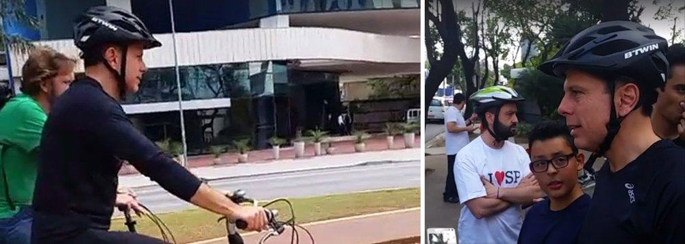 """Prefeito eleito de São Paulo, João Doria Jr (PSDB), admitiu nesse domingo, 10, durante pedalada com ciclistas, que poderá manter a velocidade máxima a 50 quilômetros por hora em alguns pontos da pista local das marginais; """"Onde existir comprovadamente um fluxo grande de pedestres poderemos reestudar, sim, o limite de velocidade"""", disse o prefeito, que foi alvo de protesto de ciclistas há três dias; até então, Doria afirmava que aumentaria os limites das duas Marginais, voltando à velocidades antigas, """"na segunda semana de mandato"""""""