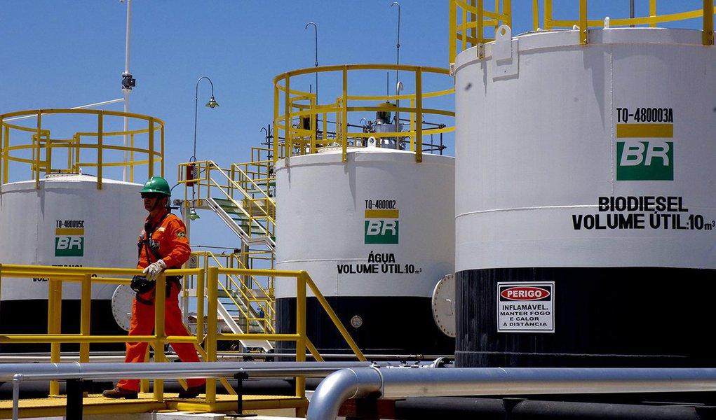 A produção de petróleo e gás da Petrobras, no Brasil e exterior, aumentou 2,5 por cento no terceiro trimestre deste ano ante o mesmo período de 2015, para 2,87 milhões de barris de óleo equivalente (boed), em média, de acordo com dados da estatal. A média do volume produzido no trimestre ficou praticamente igual ao total registrado em setembro, que registrou crescimento de 1,4 por cento ante agosto