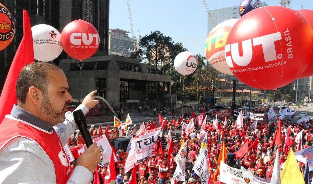 """Presidente da Central Única dos Trabalhadores (CUT), Vagner Freitas, disse defedeu que osmovimentos sociais, como as frentes Brasil Popular e Povo Sem Medo, se unam para fazer uma frente de resistência ao golpe e fortalecer a esquerda visando as eleições presidenciais de 2018; """"Vamos continuar defendo as 'Diretas Já', mas, se não for possível, precisamos ter uma coalizão de forças progressistas em 2018 para que o Brasil não fique à mercê dos golpistas""""; ele também disse que a aprovação da PEC 241, que limita os gastos públicos pelos próximos 20 anos, tem como objetivo """"acabar com a democracia, com os direitos civis, com os sindicatos, com os partidos de esquerda"""""""
