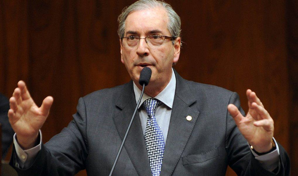 """O presidente afastado da Câmara, Eduardo Cunha (PMDB-RJ), afirmou, nesta segunda (20), que não renunciará ao cargo; """"Falarei amanhã em entrevista. E não tem renúncia"""", afirmou o peemedebista sobre a coletiva que dará na terça (21); aos jornalistas, o peemedebista deverá reforçar pontos da sua defesa contra o processo de cassação que tramita na Casa"""