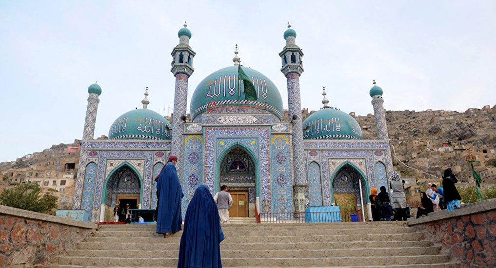 """Homens armados tomaram reféns em uma mesquita xiita de Cabul nesta terça-feira, 11, segundo informou o Ministério do Interior afegão; """"A Embaixada dos EUA em Cabul recebeu relatos de que vários homens-bomba suicidas fortemente armados entraram na Mesquita de Karte Sakhi e podem ter aberto fogo contra os paroquianos"""", disse um comunicado da embaixada norte-americana;ataque foi realizado por pelo menos três homens que, vestidos como militares, invadiram a mesquita onde os fiéis se reuniam para celebrar o dia sagrado daAshura"""