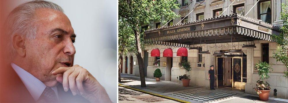 Comitiva de Michel Temer irá se hospedar no hotel Plaza Athenée, um dos mais caros de Nova York, mas divulga para a imprensa que o hotel havia sido contratado pela ex-presidente Dilma Rousseff para uma viagem não realizada; detalhe: como presidente do Brasil, não haveria nada demais em se hospedar no Plaza