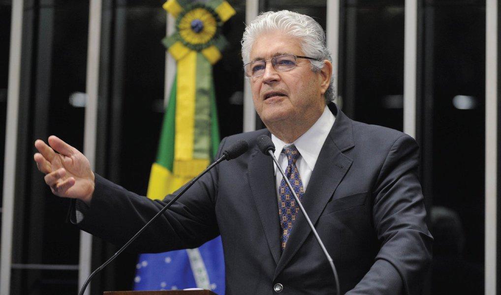 """O senador Roberto Requião (PMDB-PR) gravou dois vídeos, em seu Twitter, convocando as manifestações antigolpe no dia 31 de julho; """"Os direitos trabalhistas são uma herança no Brasil dos governos de Getúlio Vargas. Querem acabar com esses direitos para beneficiar multinacionais, grandes empresários e banqueiros. No dia 31, vamos à rua, vamos deixar claro para os querem mandar no Brasil que eles não vão conseguir acabar com os direitos trabalhistas!"""", diz"""