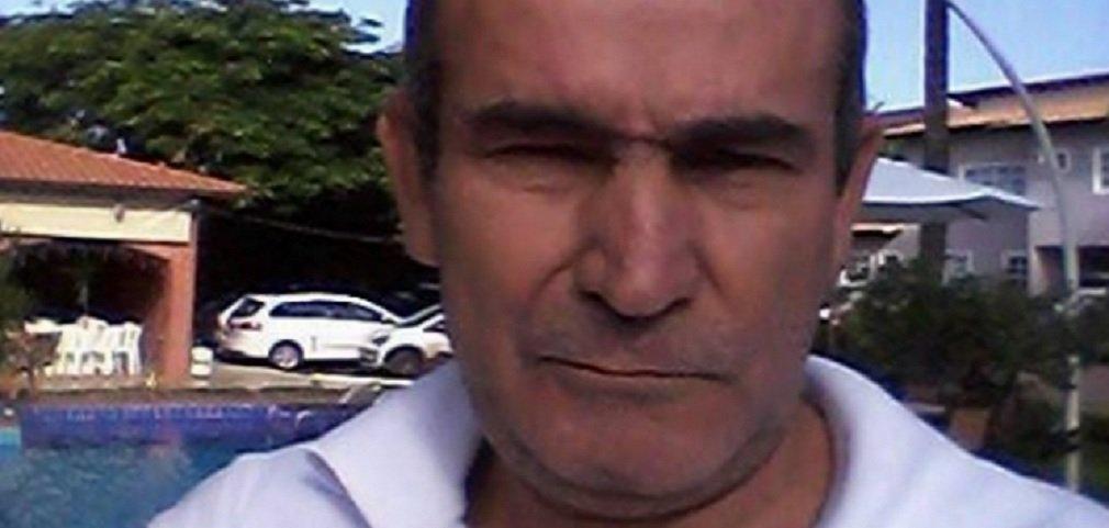 Polícia Civil de Goiás prendeu na noite de quarta-feira Douglas Ferreira de Morais, de 40 anos, suspeito de participar do assassinato do jornalista João Miranda do Carmo, de 54 anos; Morais era chefe de vigilância da prefeitura de Santo Antônio do Descoberto e foi exonerado na segunda-feira, dia 25; no domingo, Miranda, que atuava em blogs e sites, foi morto em sua casa no bairro Morada Nobre por quatro homens armados que, após rápida abordagem, onde foram disparados 22 tiros
