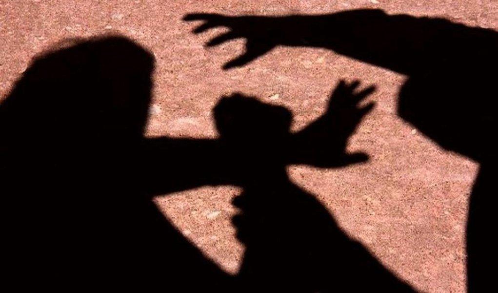"""De acordo com pesquisa Datafolha encomendada pelo Fórum Brasileiro de Segurança Pública (FBSP), um em cada três brasileiros acredita que a mulher é a principal culpada nos casos de estupro; a ideia de que a culpa pela violência sofrida é da vítima é ainda mais comum entre os homens: 42% dizem que se """"elas se dessem ao respeito"""", não seriam estupradas; entre elas, que são as maiores vítimas deste tipo de crime, 32% tendem a culpar a vítima pela violência"""