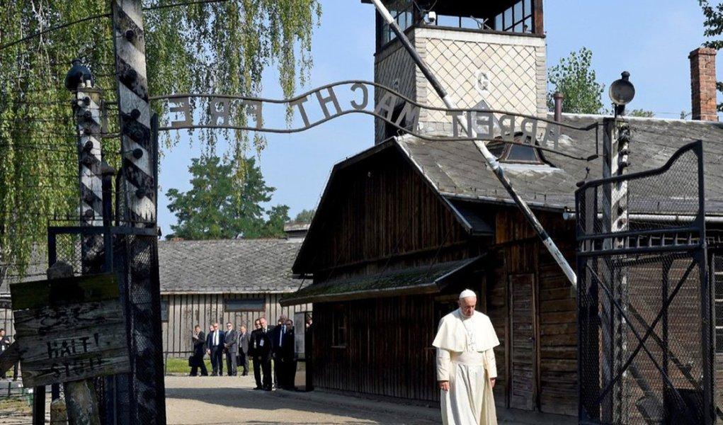 """Em espanhol, o líder católico escreveu uma mensagem no """"Livro de Honra"""" às vítimas dos campos de concentração nazista de Auschwitz e Birkenau, símbolos de horror da Segunda Guerra Mundial e palco da morte de milhões de judeus:""""Senhor, tende piedade do teu povo! Senhor, perdoa tanta crueldade"""", escreveu o Pontífice"""