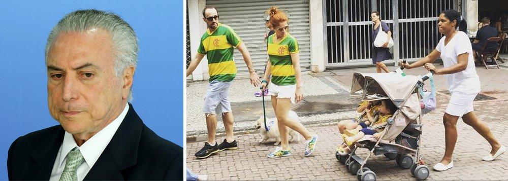 """Jornalista americano, dosite The Intercept, diz que""""enquanto a corrupção assombra Temer, caem as máscaras dos movimentos pró-impeachment"""", a exemplo do MBL, que organizou os principais atos no Brasil contra a corrupção e pelo impeachment da presidente Dilma Rousseff; Glenn Greenwald destaca ainda evidências de que líderes de protestos de figurino verde-e-amarelo foram secretamente financiados por partidos da oposição ao governo Dilma"""