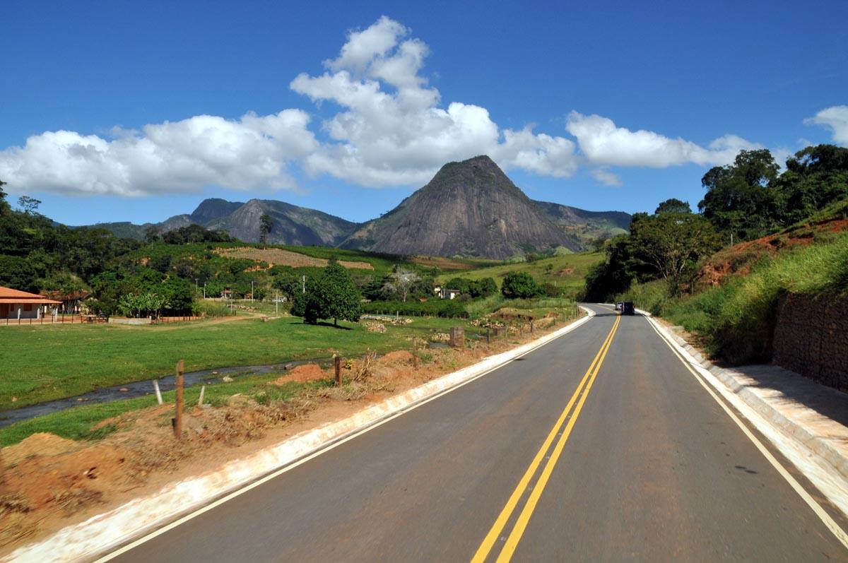 Os 55,5 quilômetros do trecho que liga São Benedito a Ipu (CE-187), na Região da Ibiapaba, receberam serviços de terraplenagem, pavimentação, revestimento asfáltico, sinalizações horizontal e vertical, proteção ambiental e obras d'artes correntes