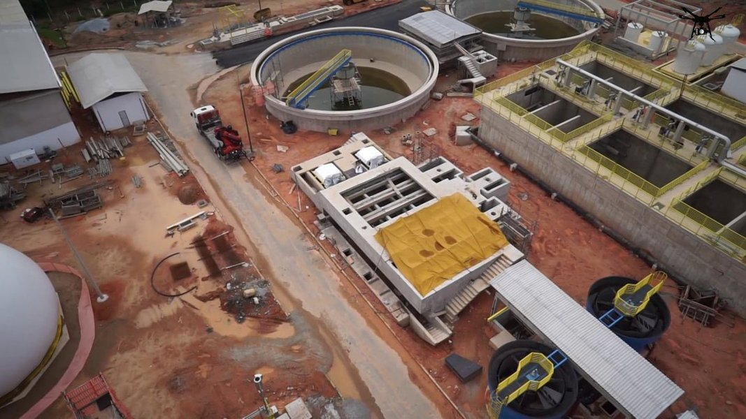 O MP-MG instaurou inquérito para investigar suposto superfaturamento e desvio de recursos públicos em obras da Copasa executadas pela construtora Camargo Corrêa, alvo da Operação Lava Jato, no município de Ibirité, na região metropolitana de Belo Horizonte; a obra teve um orçamento de R$ 121,9 milhões conforme a licitação, mas custou R$ 180 milhões para a companhia. Mesmo com os aditivos de 50% do valor inicial, o sistema de esgoto contratado não foi concluído; a Copasa terá que realizar outra licitação, estimada em R$ 50 milhões, para terminar a obra