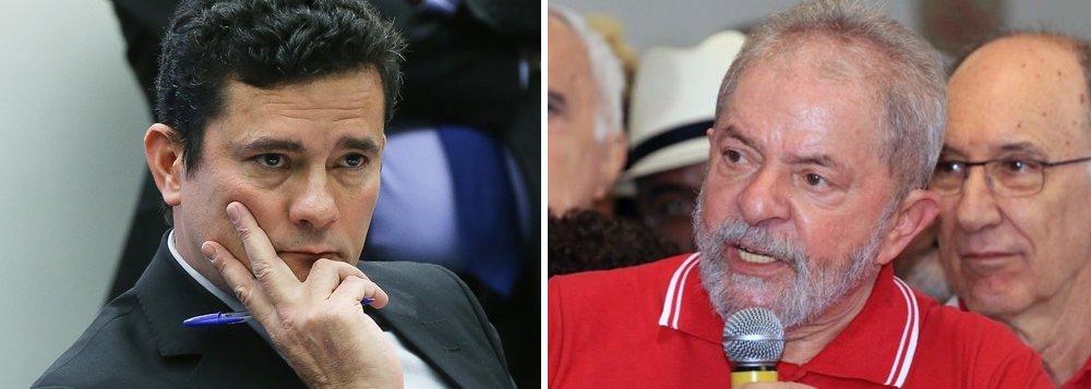 O juiz Sergio Moro só deve analisar a acusação do Ministério Público Federal contra Lula, a primeira no âmbito da Lava Jato, na próxima semana; isso porque o magistrado está nos Estados Unidos, nesta semana, participando de um simpósio sobre lideranças no Judiciário na University of Pennsylvania