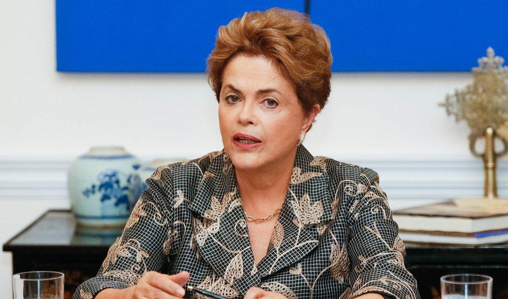A presidente eleita Dilma Rousseff decidiu não depor pessoalmente à comissão do impeachment no Senado na próxima quarta (6); seu advogado, o ex-ministro José Eduardo Cardozo, deve falar no lugar dela; Dilma não era obrigada a comparecer no depoimento; aliados avaliam que, caso seja para ir pessoalmente ao Senado, que o faça no plenário, não na comissão especial
