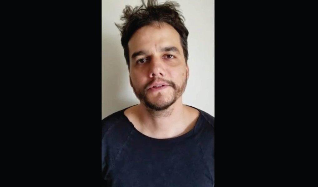 """Em vídeo postado nas redes sociais, ator diz ter """"muito orgulho da resistência dos artistas brasileiros"""" contra o golpe no Brasil e afirma apoiar o projeto """"Canta a Democracia"""", que arrecada recursos para produzir dois shows com diversos artistas em defesa da democracia; vídeo"""