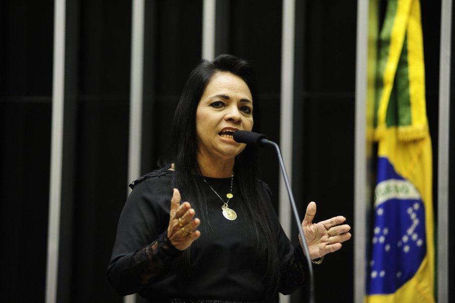 """Deputada baiana Moema Gramacho, do PT, afirma que durante o processo de impeachment, até a votação da admissibilidade na Câmara, a presidente Dilma Rousseff """"sofreu ataques à sua honra"""", e chama atenção para sua """"força""""; """"Eu sou a favor das investigações, mas as investigações não podem ser seletivas, não pode passar a mão pela cabeça de alguns. Acho Dilma uma mulher firme, ninguém teria suportado o que Dilma suportou e está suportando. Vasculharam a vida dela de cabo a rabo e não acharam nada"""""""