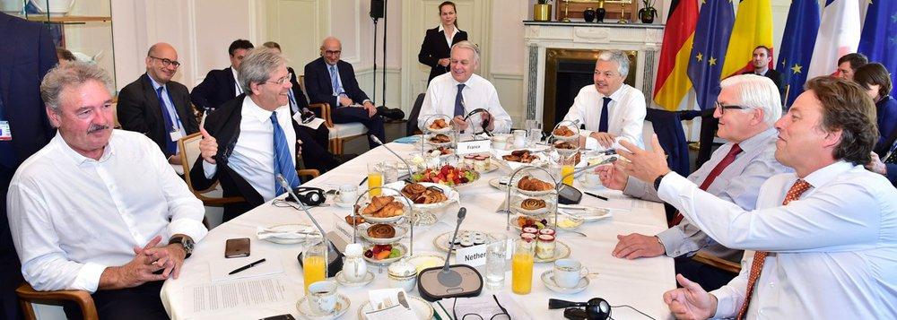"""Ministros da Alemanha, França, Itália, Holanda, Bélgica e Luxemburgo enviaram neste sábado, 25, um comunicado conjunto ao Reino Unido para deixar o bloco o mais rapidamente possível após britânicos votaram para sair;""""É do interesse britânico e dos europeus não ter um período de incerteza que teria consequências financeiras, e que poderia ter consequências econômicas e políticas"""", disse o chanceler francêsJean-Marc Ayrault, em entrevista coletiva conjunta após a reunião dos seis ministros em Berlim"""