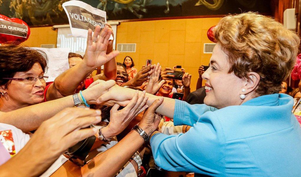 Equipe da presidente Dilma Rousseff está preparando uma campanha de financiamento coletivo para arcar com os custos das viagens dela pelo Brasil; a conta estava pesada para o PT, que assumiu os deslocamentos; Dilma viaja com pelo menos dez assessores, entre médico, jornalistas, fotógrafo e seguranças; até agora, a legenda pagou apenas uma viagem dela, há duas semanas, para um encontro com intelectuais em Campinas