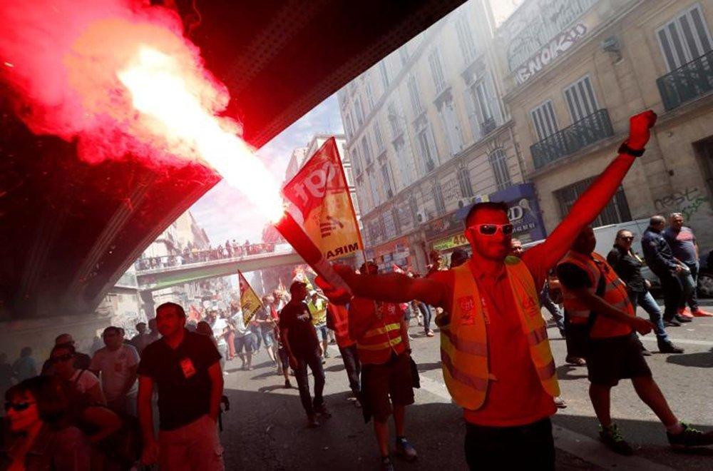 Dezenas de milhares de pessoas protestaram em Paris contra uma proposta de reforma de leis trabalhistas que facilitaria contratações e demissões; jovens mascarados e encapuzados se envolveram em batalhas recorrentes com o batalhão de choque; manifestantes destruíram vitrines de lojas e atiraram projéteis contra os policiais; governo do presidente francês, François Hollande, se recusou a descartar a reforma, que foi aprovada na Assembleia Nacional por meio de um decreto no mês passado e que quer sancionar a legislação em julho