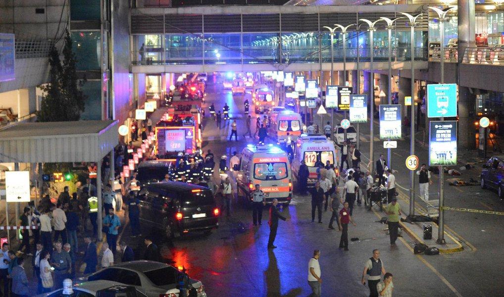 Os três homens-bomba responsáveis pelo ataque terrorista na Turquia na última terça-feira (28) eram da Rússia, do Uzbequistão e do Quirguistão;o jornal turco Yeni Safak atribui a responsabilidade do atentado ao checheno Akhmed Chatayev, identificado na lista das Nações Unidas como um dos militantes do Estado Islâmico encarregado por treinar extremistas