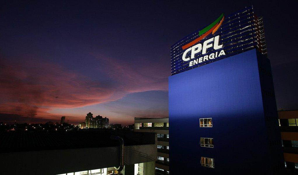 Grupo Camargo Corrêa vendeu sua participação no bloco de controle da CPFL, uma das maiores empresas de energia do Brasil, para o grupo chinês State Grid por R$ 5,85 bilhões; venda decorre da crise das empreiteiras brasileiras, atingidas em cheio pela Lava Jato