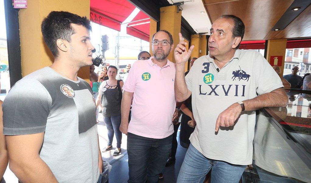 """O candidato à Prefeitura de Belo Horizonte Alexandre Kalil (PHS) prometeu humanizar a cidade, """"fechar torneira"""" e """"canalizar dinheiro""""; ele disse ter ficado espantado com a sujeira da capital e fará limpezas"""