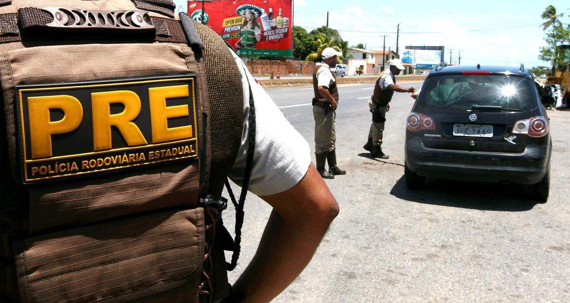 A Polícia Militar da Bahia, por meio do Batalhão de Polícia Rodoviária (BPRv), inicia na tarde desta quarta-feira a Operação São João 2016, intensificando o policiamento, as abordagens e a fiscalização nas rodovias estaduais. A operação segue até as 8h de segunda (27); serão 225 policiais militares empregados diariamente nos postos de fiscalização e controle de trânsito, em patrulhamento motorizado nas rodovias com maior fluxo de veículos, além do apoio do Grupamento de Motociclistas, bases e radares móveis; as abordagens policiais terão foco no enfrentamento aos tráficos de drogas, de pessoas e de armas de fogo, com o reforço de efetivo nas vias de acesso às regiões festivas