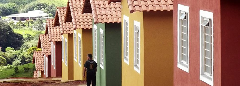 A Companhia de Habitação de Minas Gerais (Cohab-MG) vai inaugurar mais 210 unidades habitacionais em cinco municípios mineiros até o próximo dia 1º de julho; as entregas são referentes à parceria entre o Estado e o Minha Casa, Minha Vida II, do governo Federal; com as novas unidades, a Cohab-MG totaliza 630 moradias entregues em 2016; segundo o governo, aatual gestão encontrou centenas de unidades habitacionais construídas, mas que estavam sem ligação com a rede de energia elétrica, água e esgoto; o executivo disse ter feito a infraestrutura básica para concretizar a entrega de 2.101 novas casas, sendo 1.471 inauguradas em 2015 e 630 entregues este ano