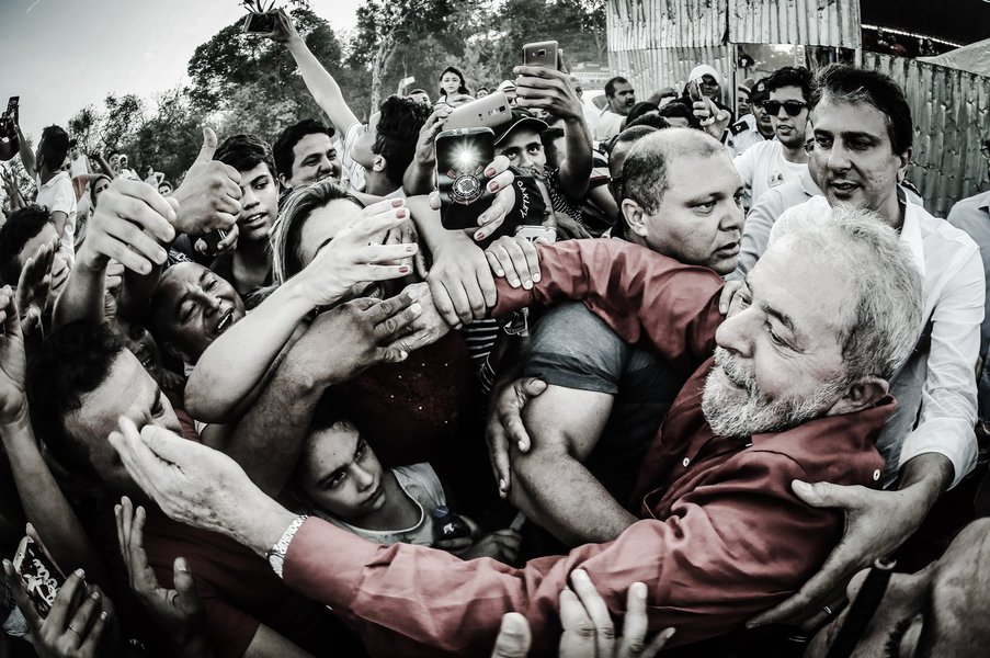"""Em seu último compromisso no Ceará, no comício da candidata à Prefeitura de Fortaleza, Luizianne Lins (PT), o ex-presidente disse que""""se a preocupação é com 2018, se precisar, se preparem que eu vou voltar. Eles sabem que quem sabe cuidar desse povo sou eu"""";Lula disse que deseja o julgamento do povo """"se tiverem provas"""" contra ele;""""Se eles provarem que tem 10 reais de desvio na minha vida, não preciso do julgamento deles, eu quero o julgamento de vocês. Eu tenho coragem de viajar por esse país pedindo desculpas a vocês. Mas se não tiverem, por favor, tenham a grandeza de pedir desculpas para mim e para a minha família"""", afirmou, na noite desta quarta-feira 21; o ex-presidente assegurou ainda não estar """"acima da lei"""" e disse que não quer """"ter privilégio"""", mas """"apenas respeito""""; assista"""