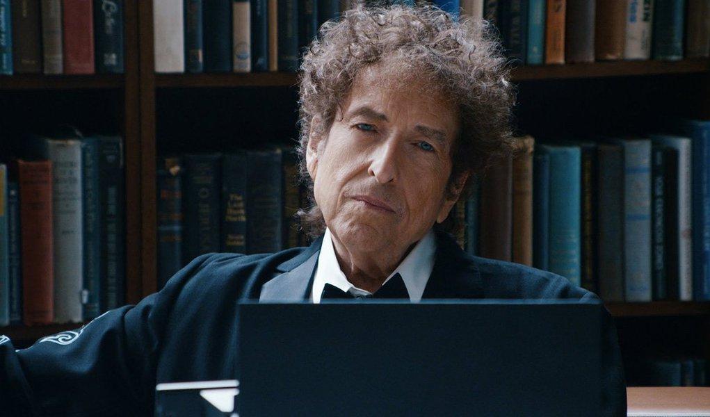 O painel que atribui anualmente o Nobel da Literatura anunciou que já desistiu de tentar contactar o cantor americano, que não atende ao telefone, mas acredita que Bob Dylan compareça à cerimônia do prêmio, que acontece em 10 de dezembro