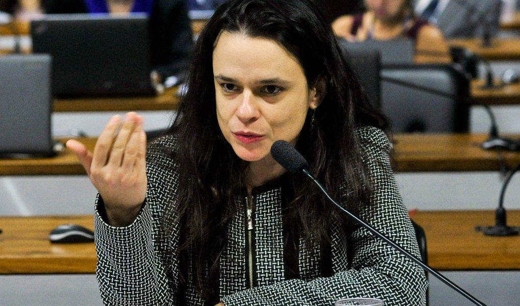"""Advogada Janaina Paschoal, que atua na acusação do processo de impeachment da presidente eleita Dilma Rousseff, afirmou que o depoimento enviado à Comissão Especial do Senado é """"inócuo"""" e que a leitura do documento serviu de """"palanque"""" ; """"Foi um discurso, não foi uma defesa. Pegaram argumentos que o advogado já vinha pontuando e compilaram. Foi uma carta com tom de palanque. Acho que foi inócuo"""", disse;er do PSDB, senador Cássio Cunha Lima (PB), também fez uma avaliação parecida ao afirmar que a leitura d documento por Cardozo """"foi uma peça de propaganda política. É mais do mesmo. Tudo já foi dito. Não tem nada de novo"""""""