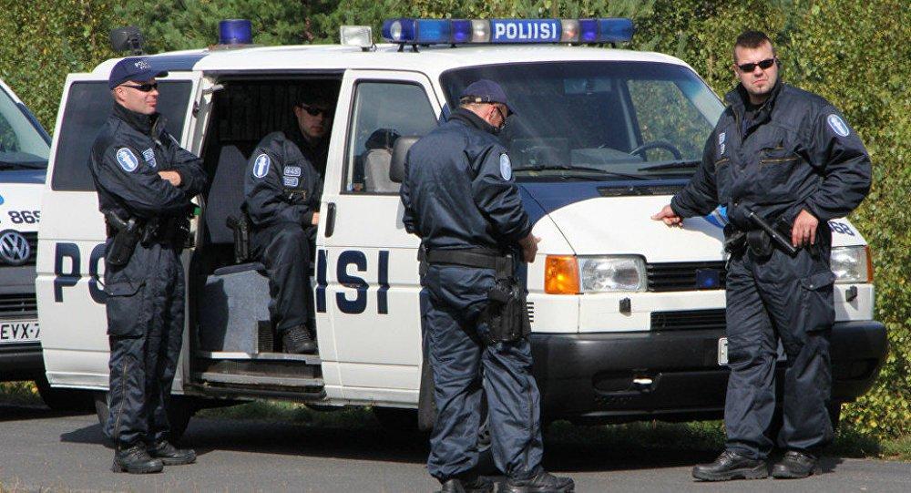 Oito jogadores da seleção de vôlei de Cuba foram presos por suspeita de estupro na Finlândia, informou a polícia neste domingo; segundo a polícia finlandesa, três dos jogadores foram detidos no sábado e os outros cinco neste domingo; o time masculino de Cuba estava participando de um campeonato da Liga Mundial na cidade de Tampere, na região central da Finlândia