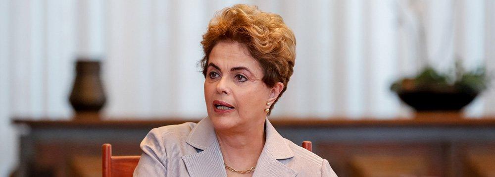 """Em entrevista à Rádio Folha, de Pernambuco, a presidente Dilma Rousseff denunciou que, nesses dois meses, o governo interino tem praticado o """"desmonte de uma política implantada nas urnas, com redução de gastos em políticas sociais, de saúde e educação""""; ela classificou como """"escândalo"""" o reajuste dos servidores que impactará os cofres públicos em R$ 7 bilhões apenas esse ano e """"demagógica"""" a nova meta fiscal proposta por Michel Temer, de um déficit de R$ 170 bilhões; """"Ela foi criada para fazer benesses e bondades para se consumar o golpe"""", criticou; Dilma voltou a dizer que 'qualquer processo de reforma política passa por sua volta' e demonstrou otimismo sobre a votação no Senado; """"Acredito e luto todo dia para o meu retorno. Não só pelo meu mandato, mas pelo resgate da democracia"""""""