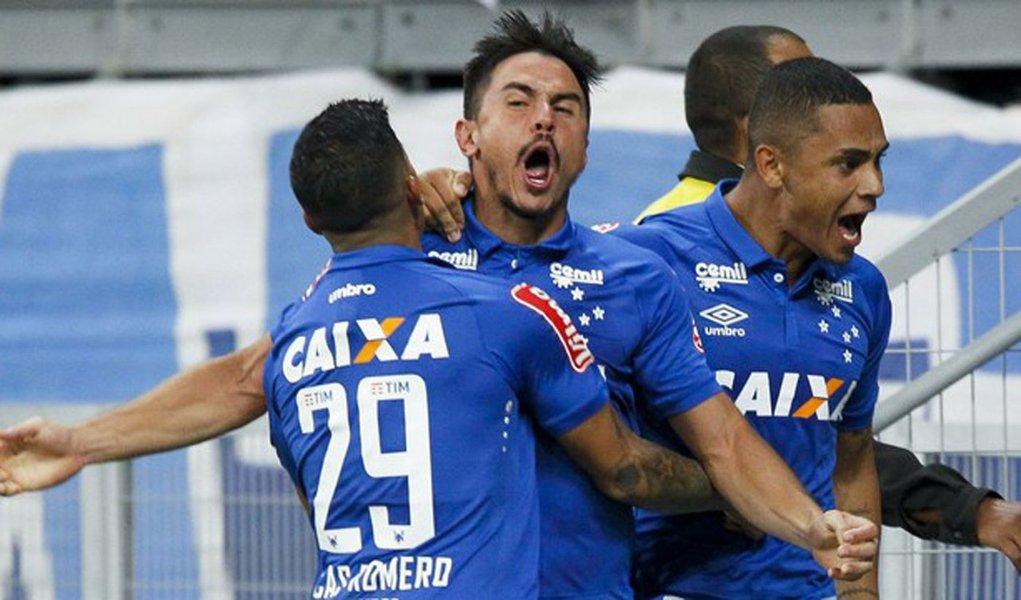 De virada, a Raposa bateu o líder Palmeiras por 2 a 1, no Mineirão, e subiu para o nono lugar, com 14 pontos. O Verdão segue na liderança, com 22 pontos, mas pode ser ultrapassado pelo Internacional, que enfrenta o Botafogo neste domingo, no Beira-Rio