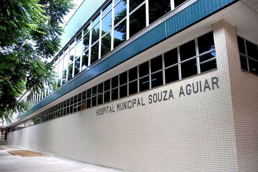 Uma pessoa morreu e duas ficaram feridas quando um grupo de cerca de 25 homens invadiu o Hospital Municipal Souza Aguiar, no centro do Rio, para libertar um homem que estava sob custódia da polícia; o grupo chegou em quatro motos e cinco carros e usou fuzis, pistolas e explosivos para trocar tiros com a polícia, segundo a Polícia Militar; uma granada foi lançada contra uma viatura, e um ambulante e uma funcionária do hospital foram feitos reféns; um paciente morreu após ser baleado no confronto, e um enfermeiro e um policial militar foram levados para o centro cirúrgico após serem atingidos por disparos, segundo a Secretaria Municipal de Saúde