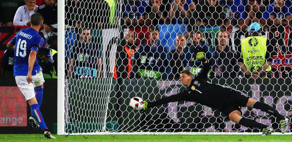 A Alemanha bateu a Itália nos pênaltis e se classificou para as semifinais da Eurocopa neste sábado;depois de 1 a 1 no tempo regulamentar e 0 a 0 na prorrogação, os alemães venceram por 6 a 5 nos pênaltis e esperam quem passar de França x Islândia, que jogam neste domingo (3)