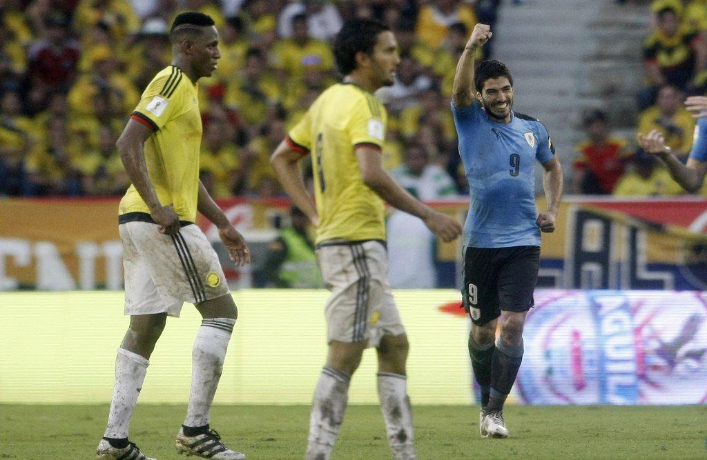 MED701. BARRANQUILLA (COLOMBIA), 11/10/2016.- El jugador de Uruguay Luis Su�rez (d) celebra la anotaci�n de un gol hoy, lunes 10 de oio Metropolitano de Barranquilla (Colombia). EFE/LUIS EDUARDO NORIEGA A.