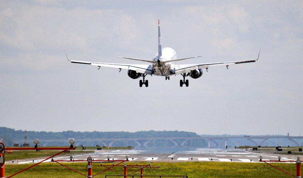 Câmara dos Deputados aprovou a elevação para 100 % do limite de participação estrangeira em companhias aéreas brasileiras, por meio de emenda à medida provisória 714; a matéria ainda precisa ser analisada no Senado