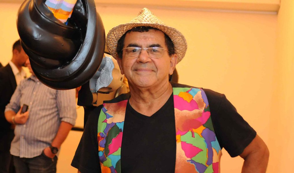 Morreu na madrugada deste domingo, aos 66 anos, o pintor e artista multimídia Ivald Granato; ele criou performances famosas, como o grande happening 'Mitos Vadios', que teve a participação de Hélio Oiticica e outros artistas; o motivo do óbito não foi divulgado